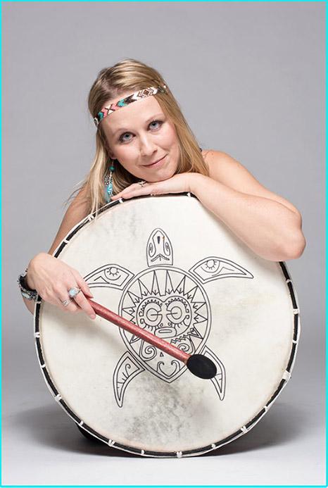 Bild: Portrait von Daniela Lasinger mit schamanischer Rahmentrommel