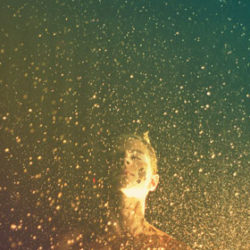 """Bild: Junger Mann mit gold schimmerndem Hintergrund als Beitragsbild für den Artikel """"Wozu Innere Stärke finden und Intuition entwickeln"""" auf https://daniela-lasinger.at. Bild by christopher cympbell on unsplash.com."""