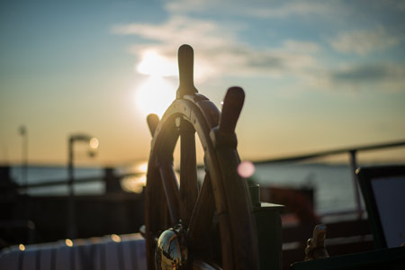 """Bild: Steuerrad für Schiff. Beitragsbild für Blogbeitrag by Daniela Lasinger """"Kursänderung: Heute erzählte ich die Geschichte von einem Schiff""""."""