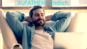 Bild: Junger Mann, der vollkommen entspannt auf der Couch sitzt. MIt geschlossenen Augen. Cover-Bild für Online-Kurs.