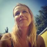 Bild: Portrait von Daniela Lasinger auf sonniger Terrasse